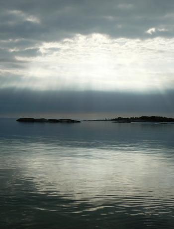 Ljus-genom-gra-himmel-Moja-min